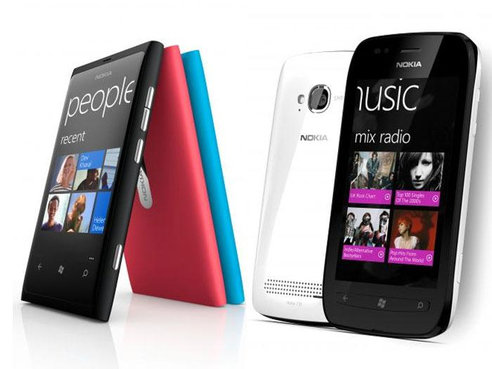 Lumia 800 e 710 lado a lado. Eles foram os primeiros Lumias da Nokia