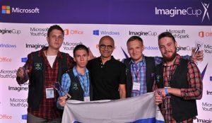 Equipe da Brainy Studio LLC recebendo o prêmio na Imagine Cup das mãos do CEO Satya Nadella