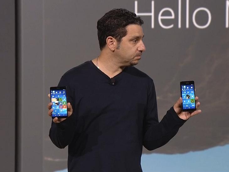 Panos Panay e o Lumias 950 e 950 XL durante o evento do dia 6 de outubro. Panos é um dos novos líders a frente da divisão de smartphones da empresa. Ele é um dos responsáveis pelo Surface