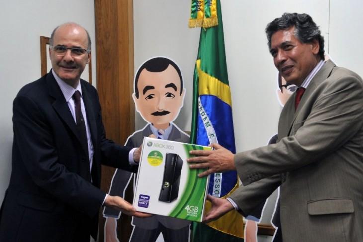 Michel Levy e Luiz Elias no anúncio do início da produção nacional do Xbox em 2011